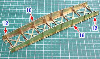 両端の横梁の固定