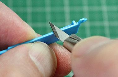 デザインナイフでゲート削り落とし